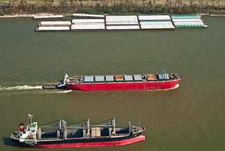 Barge and ship traffic transporting export cargo on the Mississippi River in the Port of New Orleans in 2005. Photo: USDA/Bob Nichols.