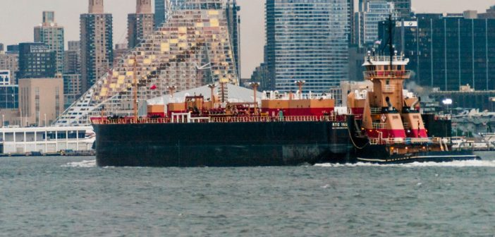 A Reinauer ATB northbound on the Hudson River at Manhattan. Photo Bill Benzon/Creative Commons