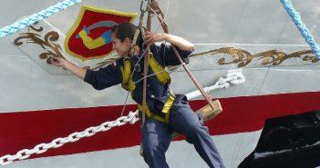 A cadet on the Polish Navy training ship Iskra uses a bosun's chair. Creative Commons photo by Żeglarz.